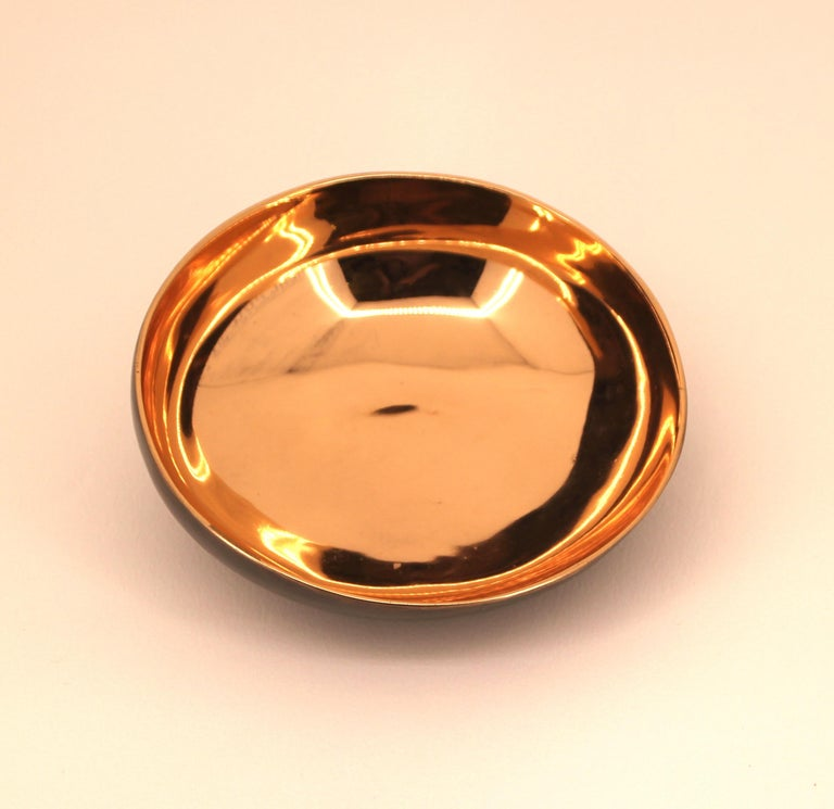 Charming and elegant bronze Indian decorative bowl, vide-poche.  The piece is entirely handcrafted with great skills and talent. Cast using very traditional techniques, the inside of the bowl is polished revealing the lustrous finish of this noble
