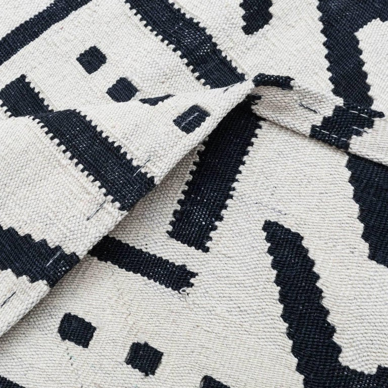 Handmade Contemporary Flat-Weave Black and White Colors In New Condition For Sale In MADRID, ES