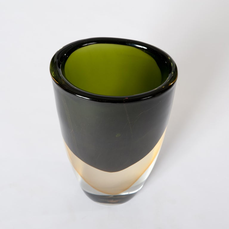 Unique Murano glass Sommerso vase in dark green - yellow - transparent layers, signed by hand Romano Donà at the bottom (11.0 x 7.5cm)  Heavy (11.5kg) and massif vessel handmade in darkgreen with yellow layering below and a solid transparent base.