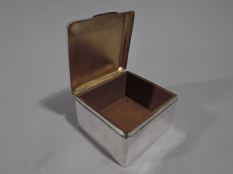Handsome English Edwardian Sterling Silver Trinket Box In Good Condition For Sale In New York, NY