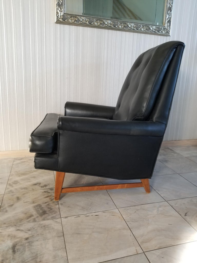 Handsome Heritage Black Leather Lounge Tufted Chair Ed Wormley Dunbar Era, 1950s For Sale 3