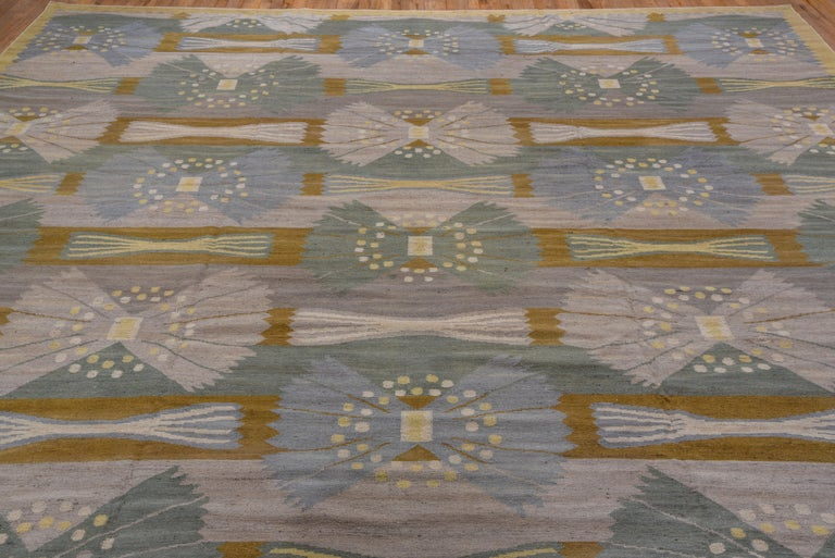 The abrashed grey ground features a five offset column allover pattern of