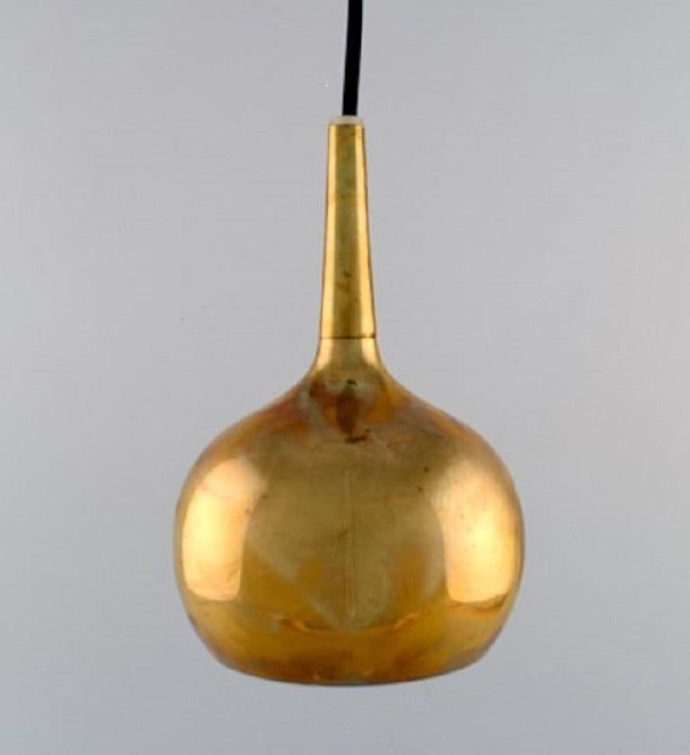 Hans Agne Jakobsson for Markaryd. A pair of onion-shaped ceiling lamps in brass, 1960s. Measures: 17.5 x 12 cm. In very good condition with patina.