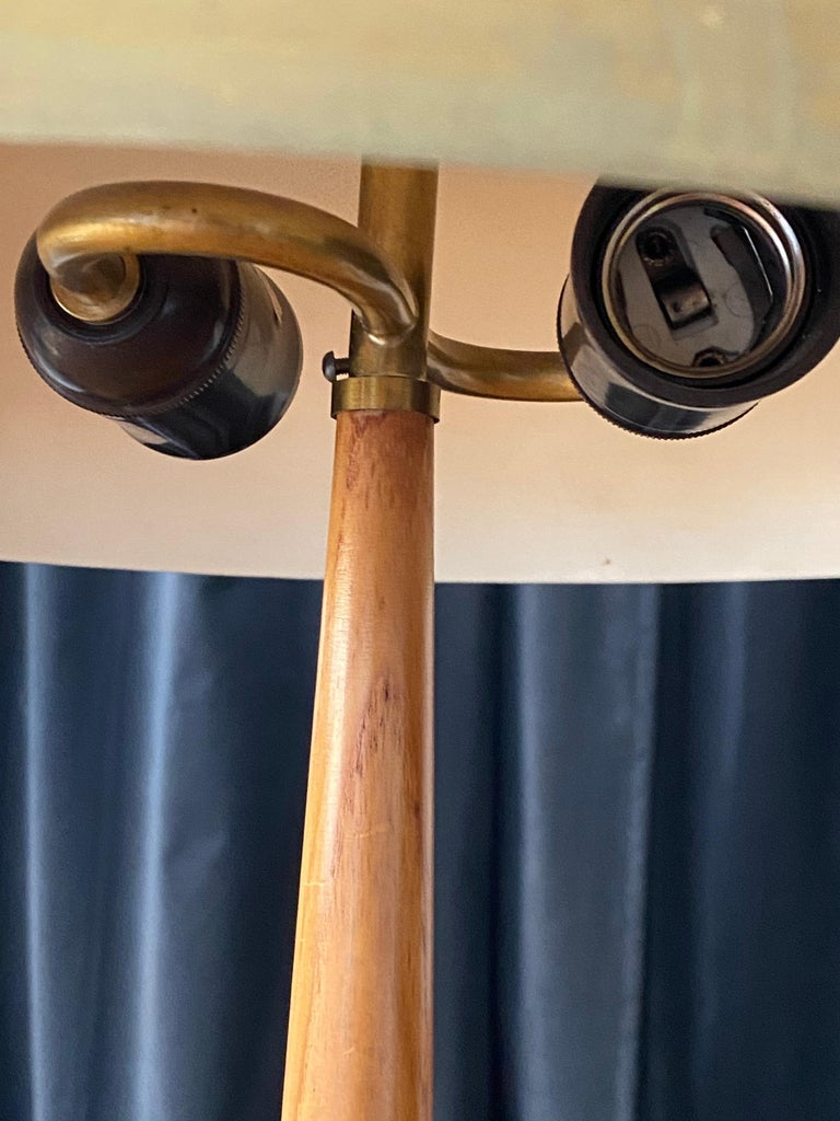 Hans Bergström (Attribution) Functionalist table lamp brass & oak, Sweden 1940s In Good Condition For Sale In West Palm Beach, FL