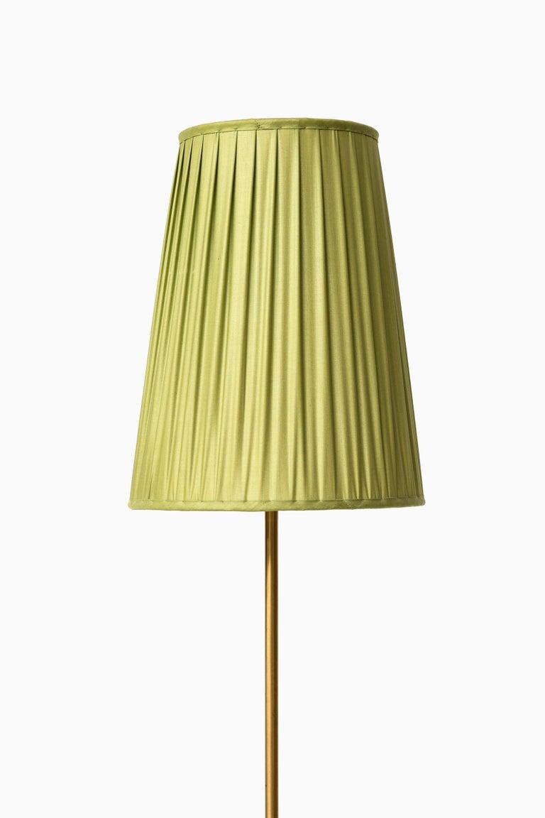 Very rare height adjustable floor lamp model 544 designed by Hans Bergström. Produced by Ateljé Lyktan in Åhus, Sweden. Dimensions (W x D x H): 24 x 24 x 160-200 cm.