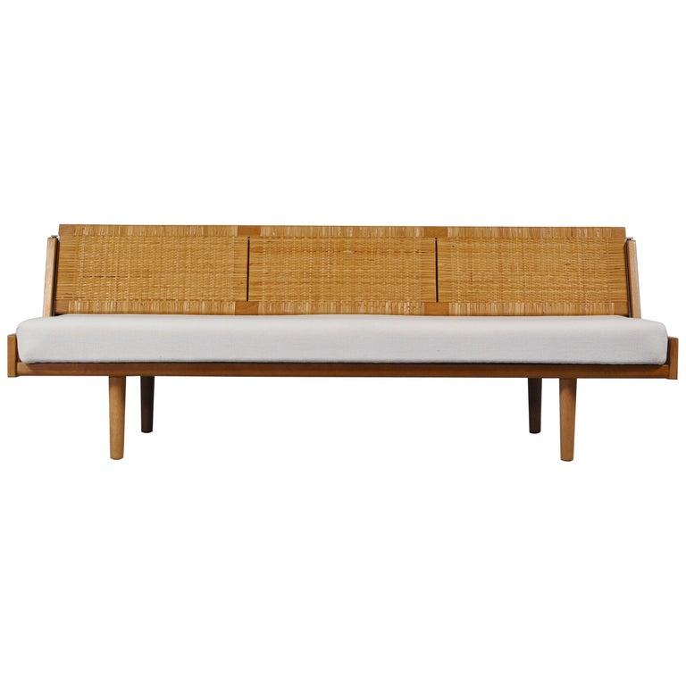 "Hans J. Wegner 1950s Danish Modern Daybed in Oak and Rattan ""GE7"" Made at GETAMA For Sale"