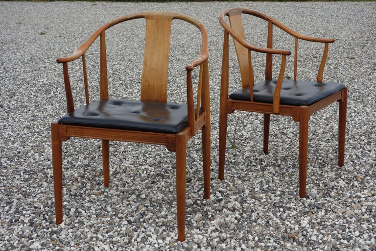 """Hans J. Wegner, a Pair of 1977 Limited Edition Walnut Armchairs """"China Chairs"""" For Sale 4"""