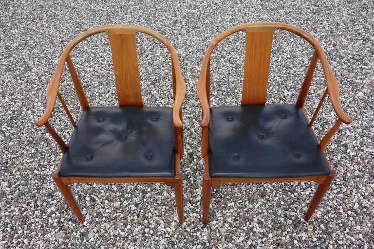 """Scandinavian Modern Hans J. Wegner, a Pair of 1977 Limited Edition Walnut Armchairs """"China Chairs"""" For Sale"""