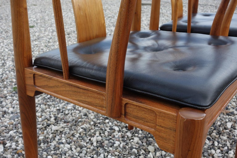 """Hans J. Wegner, a Pair of 1977 Limited Edition Walnut Armchairs """"China Chairs"""" In Good Condition For Sale In Vejle, DK"""