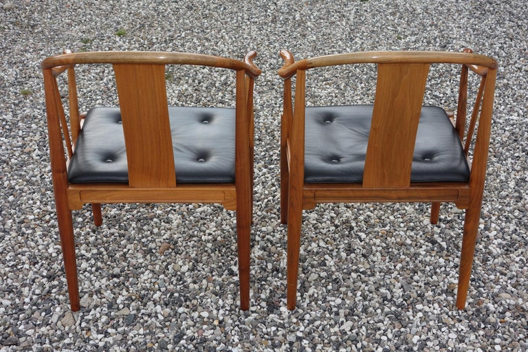 """Late 20th Century Hans J. Wegner, a Pair of 1977 Limited Edition Walnut Armchairs """"China Chairs"""" For Sale"""