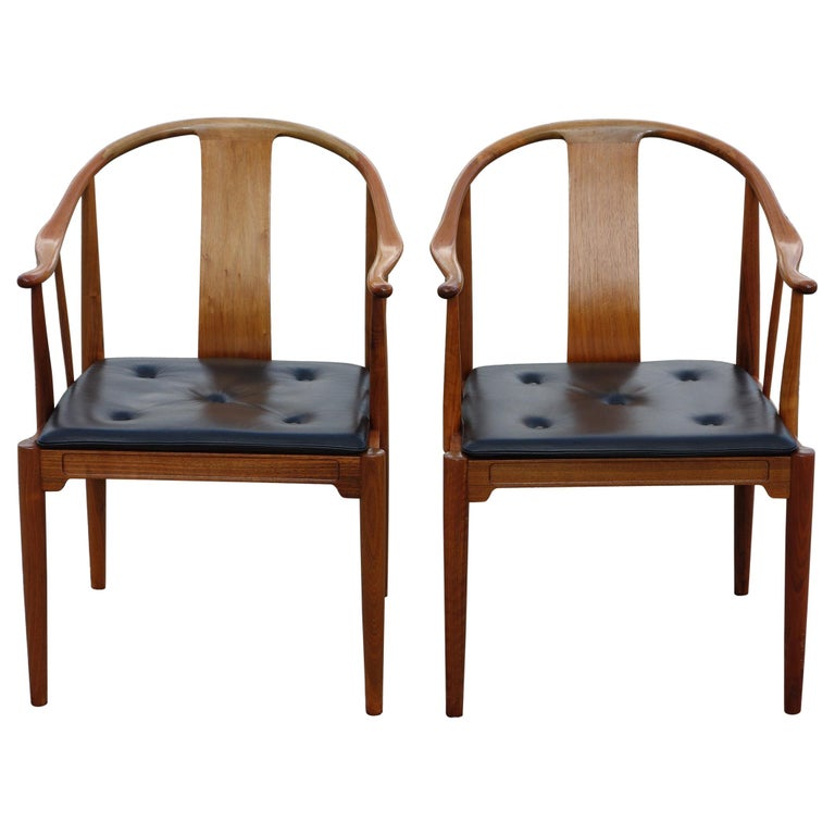 """Hans J. Wegner, a Pair of 1977 Limited Edition Walnut Armchairs """"China Chairs"""" For Sale"""
