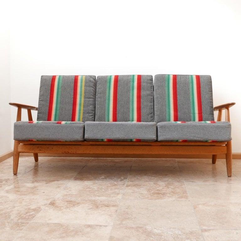 Hans J Wegner 'Cigar' GE-240 Sofa for GETAMA In Good Condition For Sale In Surbiton, Surrey