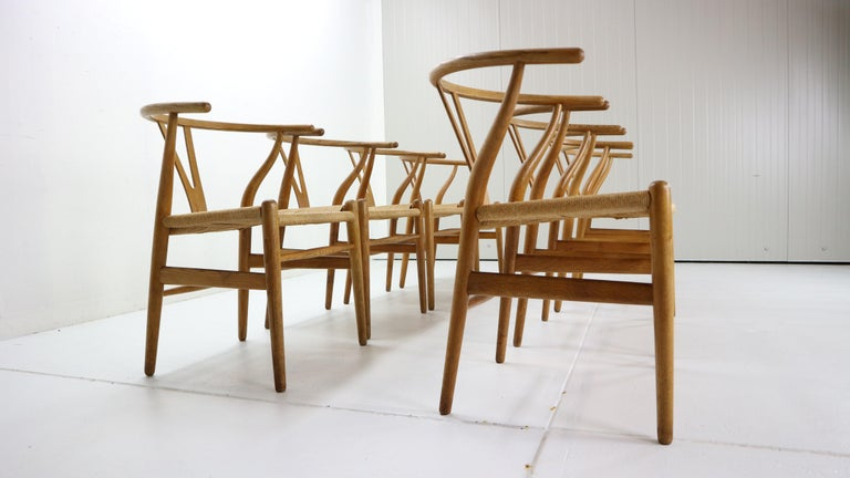 Hans J. Wegner Dinning Room Set- 8 Of Wishbone CH24 Chairs & Dining Table AT-312 For Sale 6