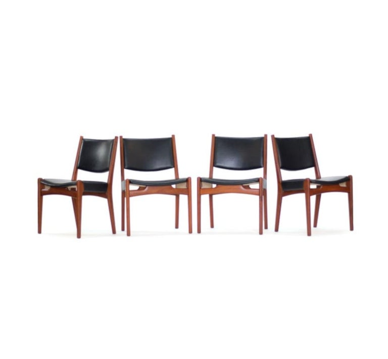 Nice set of six original Hans J. Wegner for Johannes Hansen JH-525 and JH-526 dining chairs in teak. Original black oxhide leather upholstery. One owner with original invoice and documentation from Johannes Hansen included. Thick, solid teak frames