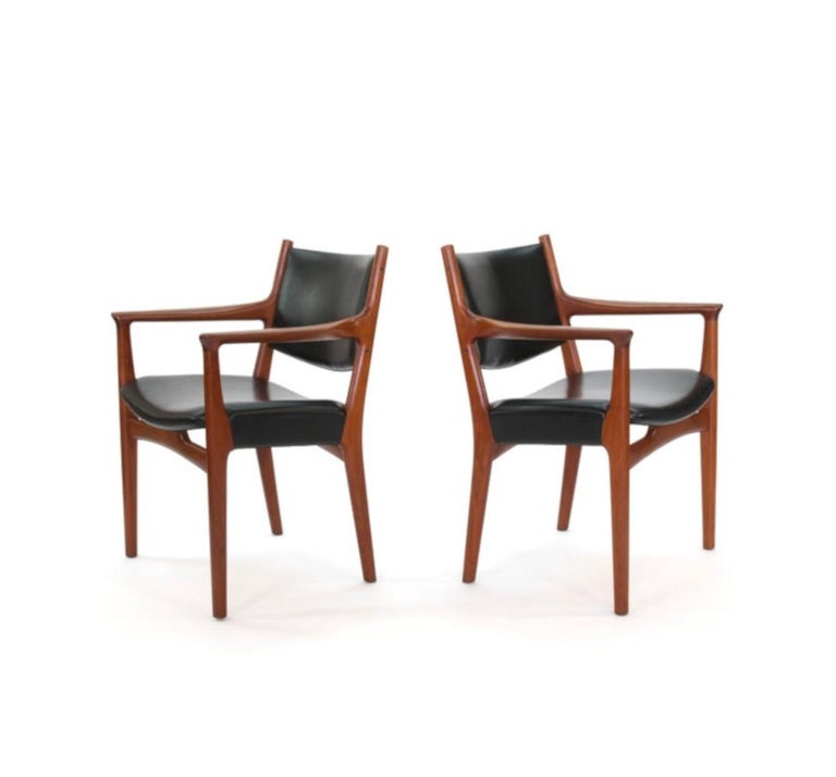 Hans J Wegner for Johannes Hansen JH-525 and JH-526 Dining Chairs in Teak In Excellent Condition For Sale In New York, NY