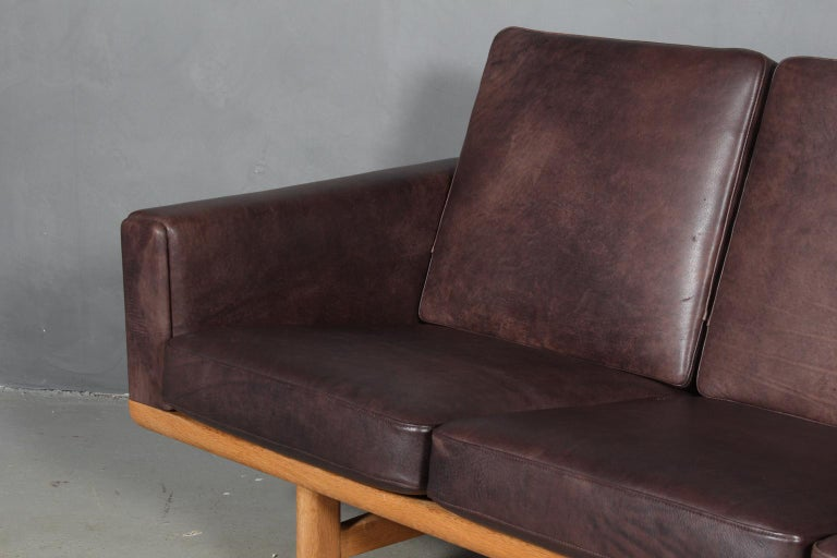 Hans J. Wegner Four-Seat Sofa In Good Condition For Sale In Esbjerg, DK