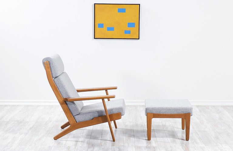 Mid-Century Modern Hans J. Wegner GE-290 Oak Lounge Chair with Ottoman for GETAMA For Sale