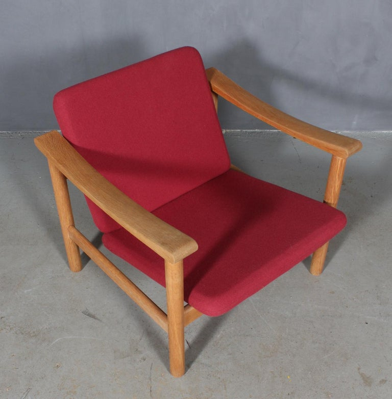 Hans J. Wegner lounge chair made of solid oak.