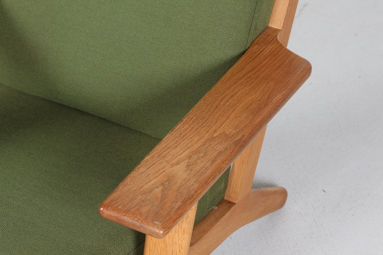 20th Century Hans J. Wegner Lounge Chair GE 290 of Oak and Green Wool by GETAMA, 1970s For Sale