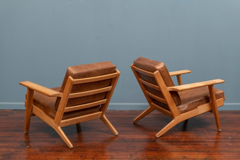 Mid-20th Century Hans J Wegner Lounge Chairs for Getama Model 290 For Sale