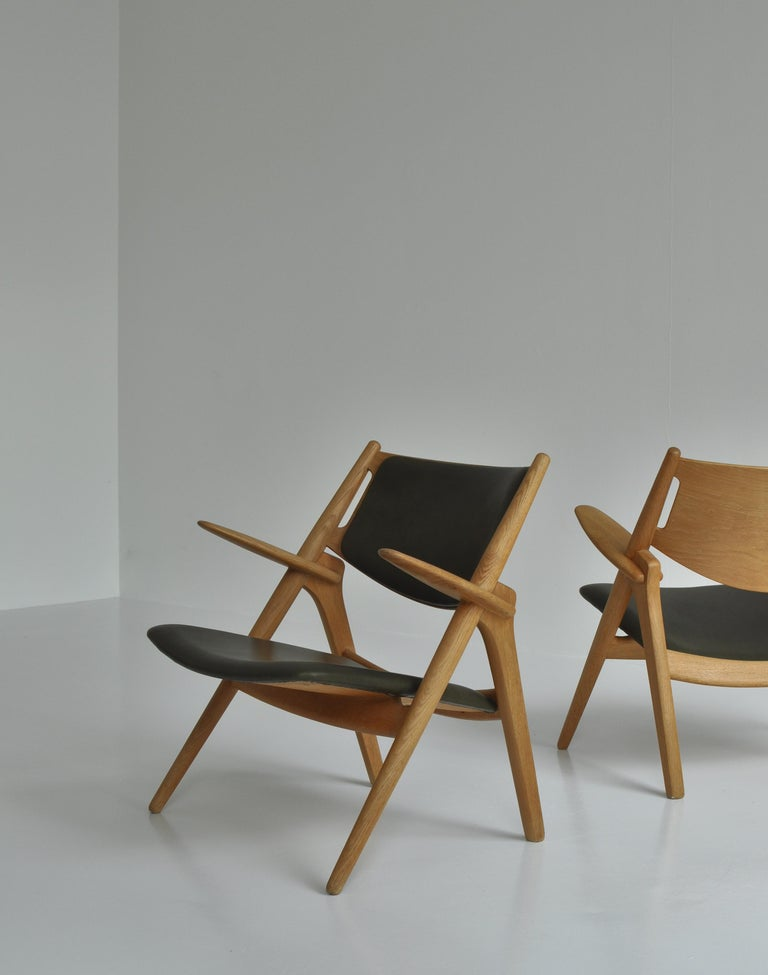 Hans J. Wegner Lounge Chairs from the 1960s in Oak and Dark Green Leather For Sale 4