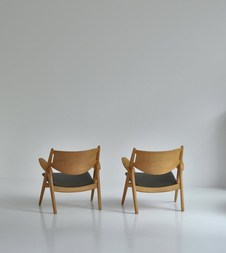 Hans J. Wegner Lounge Chairs from the 1960s in Oak and Dark Green Leather For Sale 5