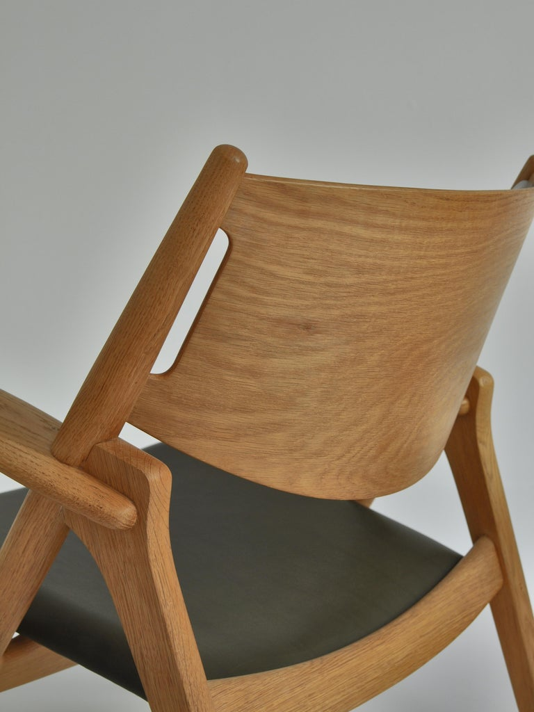 Hans J. Wegner Lounge Chairs from the 1960s in Oak and Dark Green Leather For Sale 6