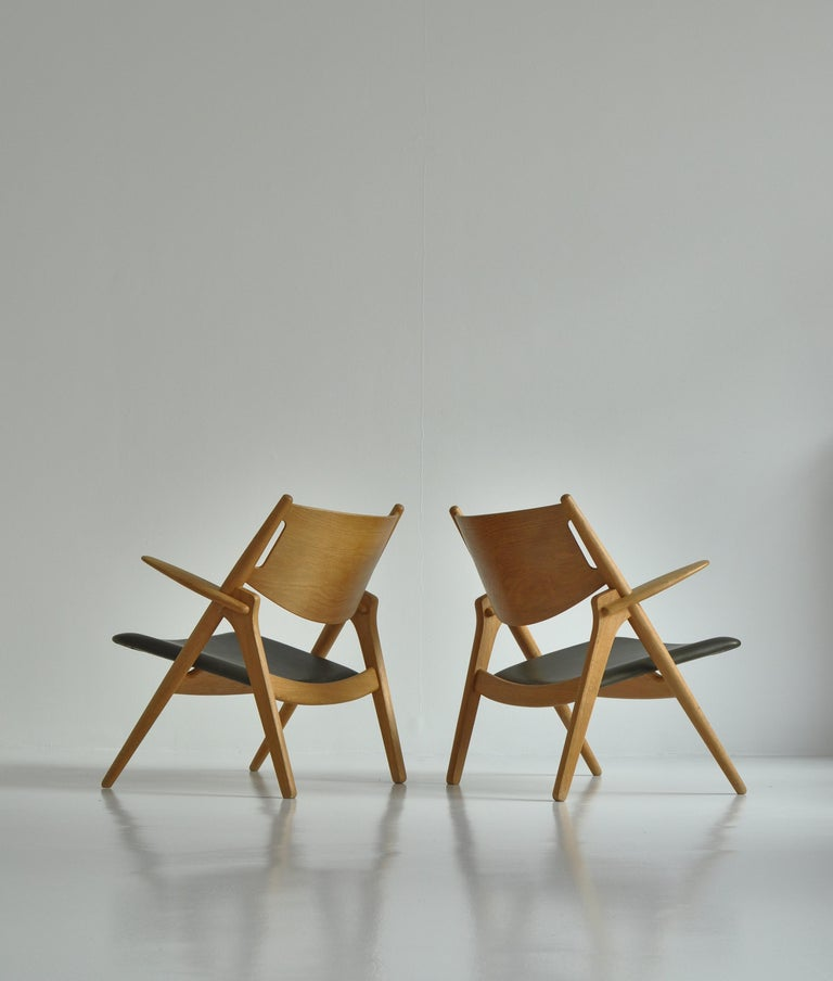 Hans J. Wegner Lounge Chairs from the 1960s in Oak and Dark Green Leather For Sale 9
