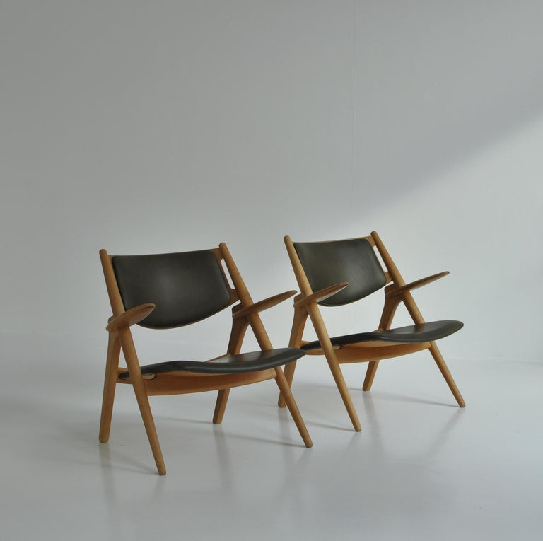 Danish Hans J. Wegner Lounge Chairs from the 1960s in Oak and Dark Green Leather For Sale