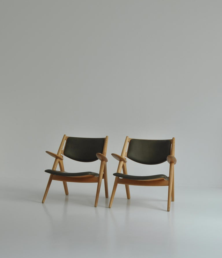 Hans J. Wegner Lounge Chairs from the 1960s in Oak and Dark Green Leather In Good Condition For Sale In Odense, DK
