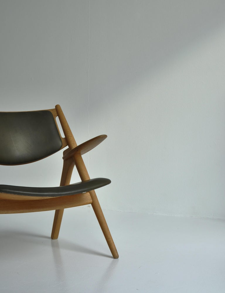 Mid-20th Century Hans J. Wegner Lounge Chairs from the 1960s in Oak and Dark Green Leather For Sale