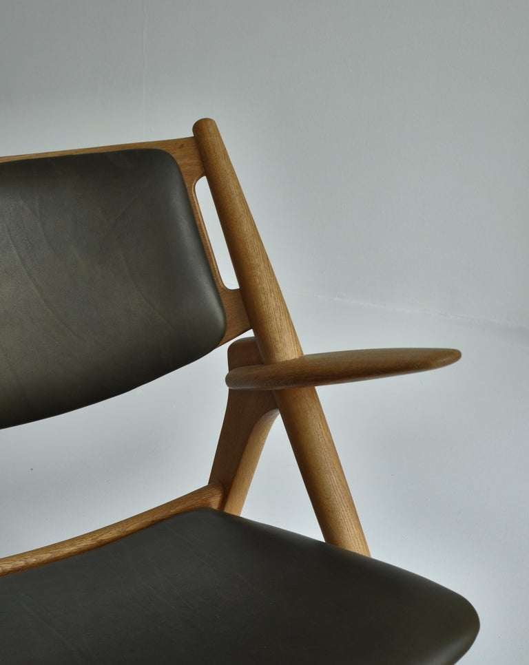 Hans J. Wegner Lounge Chairs from the 1960s in Oak and Dark Green Leather For Sale 1