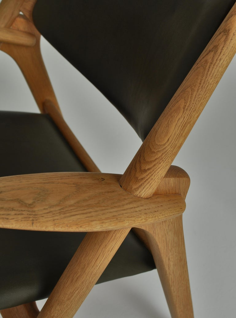 Hans J. Wegner Lounge Chairs from the 1960s in Oak and Dark Green Leather For Sale 2