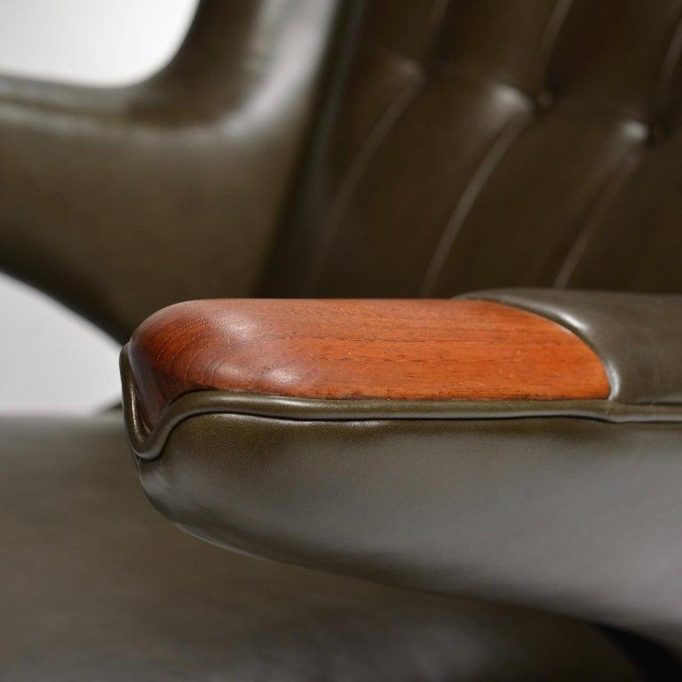 Hans J. Wegner Model AP-19 'Papa Bear' Chair in Dark Green Leather For Sale 4
