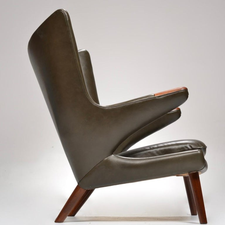 Hans J. Wegner Model AP-19 'Papa Bear' Chair in Dark Green Leather In Excellent Condition For Sale In Los Angeles, CA