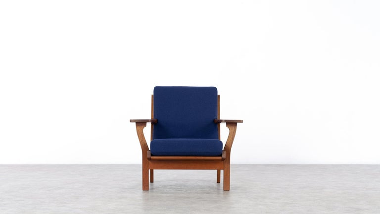 Here you have the opportunity to purchase an extremely rare lounge chair by Hans J. Wegner, designed in 1956 for GETAMA in Denmark. 