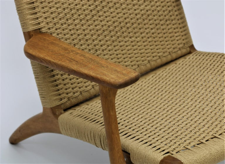 Hans J. Wegner Scandinavian Modern Lounge Chair Ch25 in Oak and Papercord In Good Condition For Sale In Odense, DK