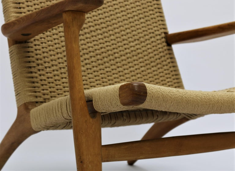 Mid-20th Century Hans J. Wegner Scandinavian Modern Lounge Chair Ch25 in Oak and Papercord For Sale