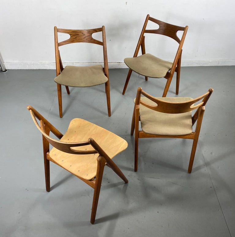 Hans J. Wegner Set of Four Sawbuck Chairs, Early Set in Oak, circa 1952, Denmark For Sale 4