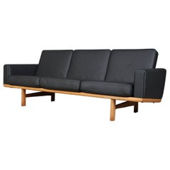 Hans J. Wegner Three-Seat Sofa Model 236/3 leather and Oak