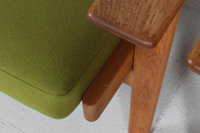 Hans J. Wegner Two Lounge Chairs GE 290 of Oak and Green Wool by GETAMA, 1970s In Good Condition For Sale In Aarhus C, DK