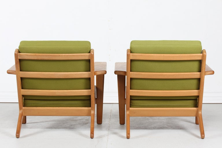 20th Century Hans J. Wegner Two Lounge Chairs GE 290 of Oak and Green Wool by GETAMA, 1970s For Sale
