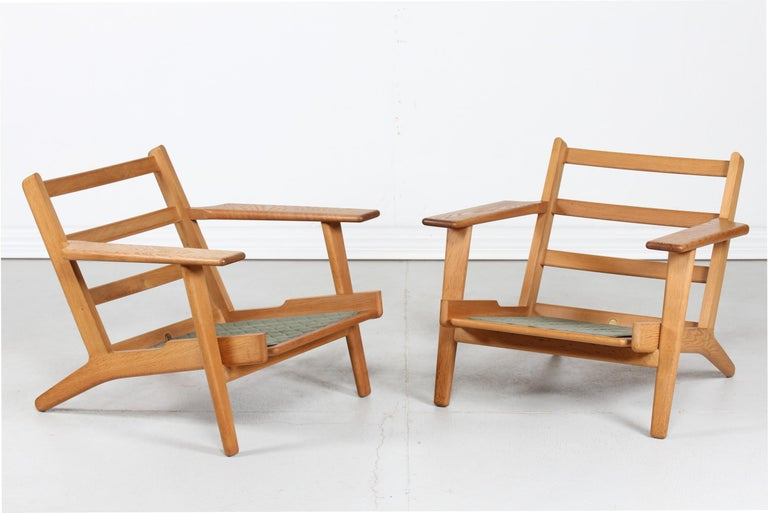 Hans J. Wegner Two Lounge Chairs GE 290 of Oak and Green Wool by GETAMA, 1970s For Sale 1