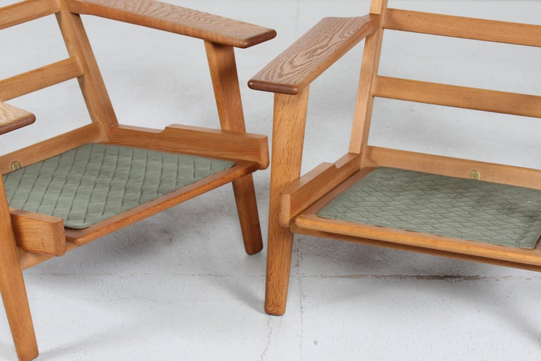 Hans J. Wegner Two Lounge Chairs GE 290 of Oak and Green Wool by GETAMA, 1970s For Sale 2