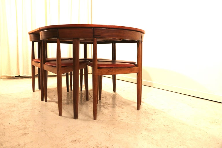 Beautiful example of Danish Mid-Century Modern design. Rare set of 6 (instead of 4) dining chairs and dining table, designed by Hans Olsen for Frem Rojle. In Denmark 1950s, in absolutely excellent condition. The built-in butterfly leaf dining table