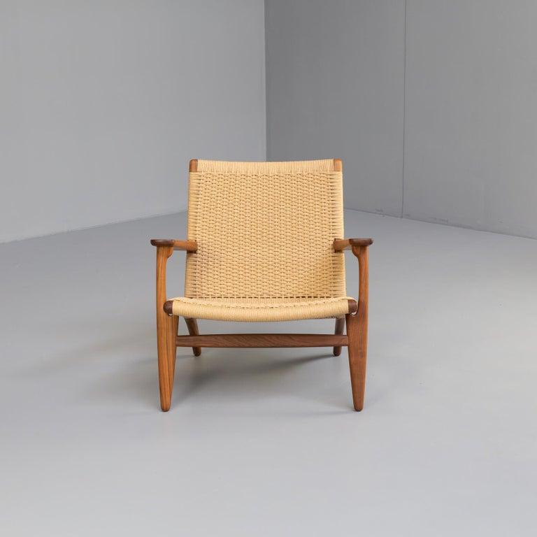 Contemporary Hans Wegner CH25 Lounge Fauteul for Carl Hansen For Sale