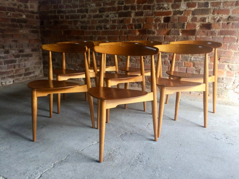 Hans Wegner Dining Table & Eight Chairs Heart Shape Fritz Hansen Denmark 1950s In Good Condition For Sale In Longdon, Tewkesbury