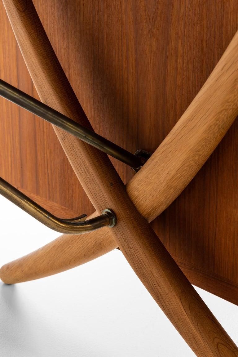 Rare dining table model AT-304 designed by Hans Wegner. Produced by Andreas Tuck in Denmark.