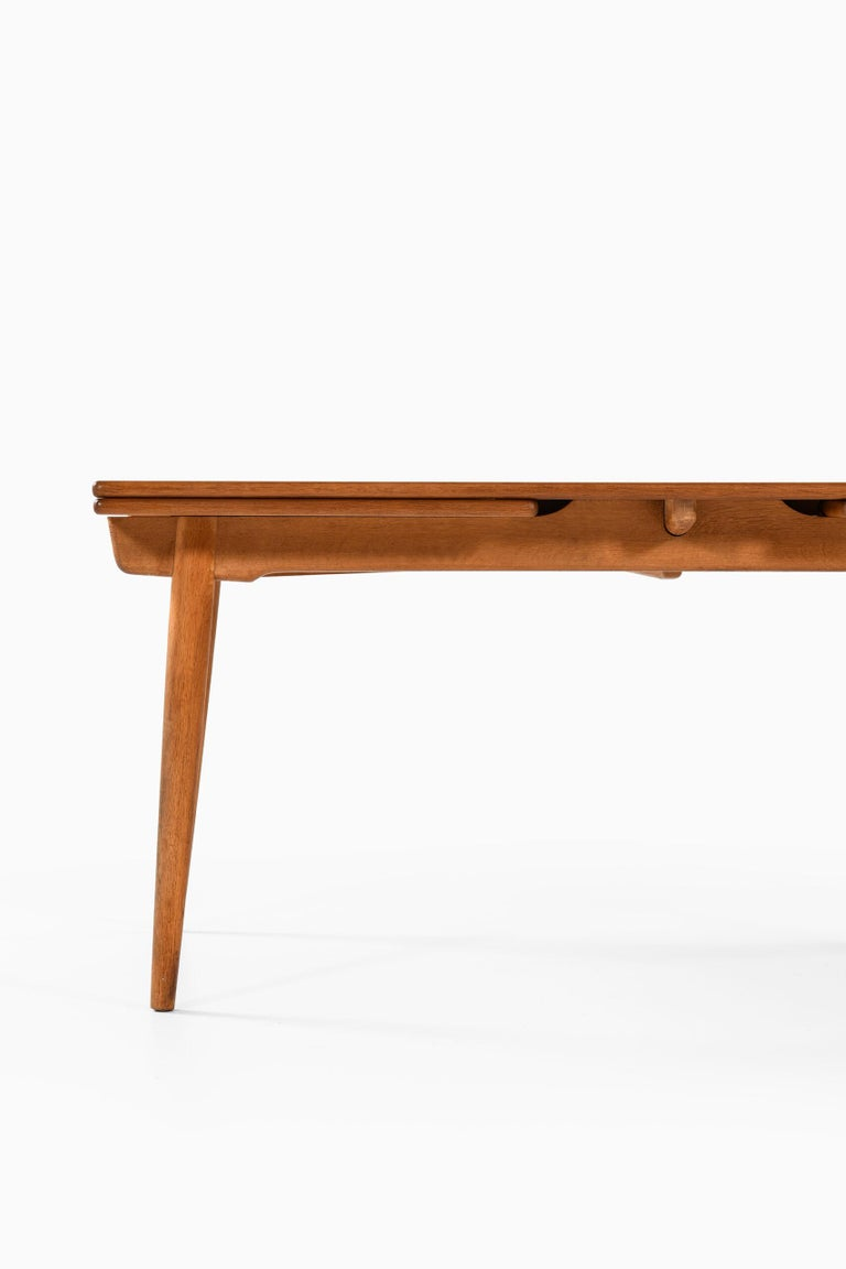 Dining table model AT-312 designed by Hans Wegner. Produced by Andreas Tuck in Denmark. Dimensions (W x D x H): 160 ( 280 ) x 100 x 71,5 cm.