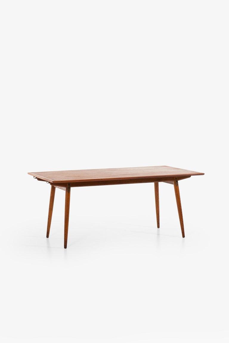 Very rare dining table model JH-570 designed by Hans Wegner. Produced by cabinetmaker Johannes Hansen in Denmark.
